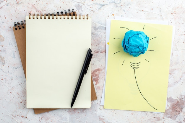 Vue de dessus idée ampoule concept sur papier stylo sur bloc-notes sur table