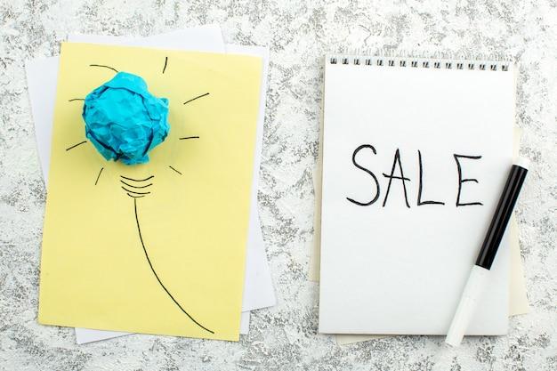 Vue de dessus idée ampoule concept sur vente de papier écrit sur un marqueur noir pour ordinateur portable