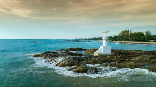 Vue de dessus de l'île tropicale, vue aérienne du phare sur la mer