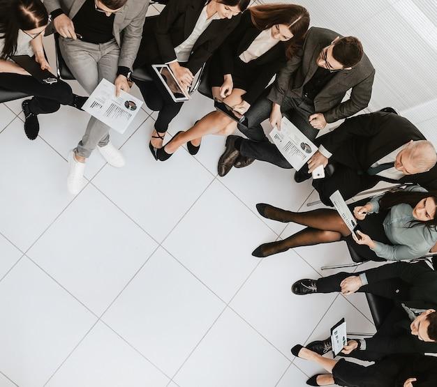 Vue de dessus. image d'une équipe commerciale discutant de documents commerciaux. photo avec une copie de l'espace
