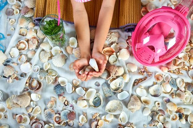 Vue de dessus imite les vacances d'été sur la plage de la mer à la quarantaine à la maison.