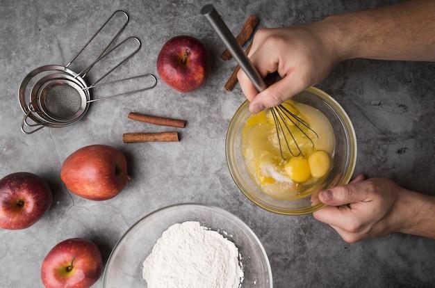 Vue de dessus individuel préparant un dessert