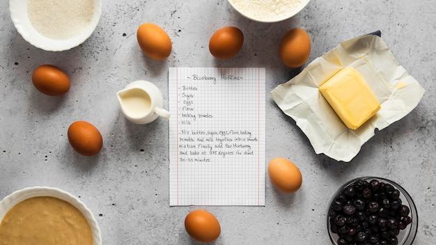 Vue de dessus des ingrédients alimentaires avec des œufs