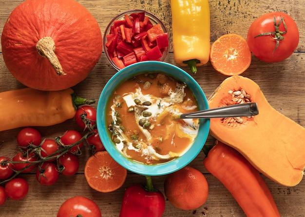 Vue de dessus des ingrédients alimentaires avec soupe et légumes