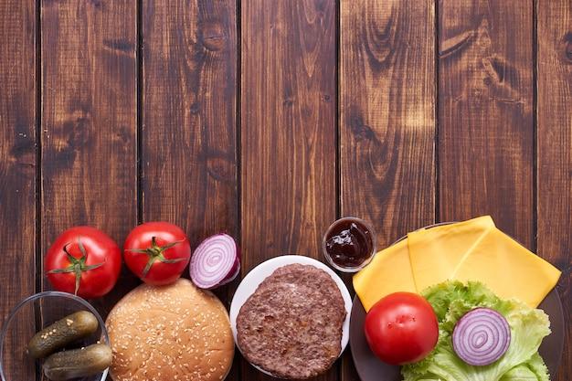 Vue de dessus des ingrédients cheeseburger