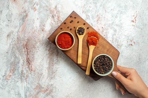Vue de dessus des ingrédients épicés et nerveux au piment sur l'espace blanc