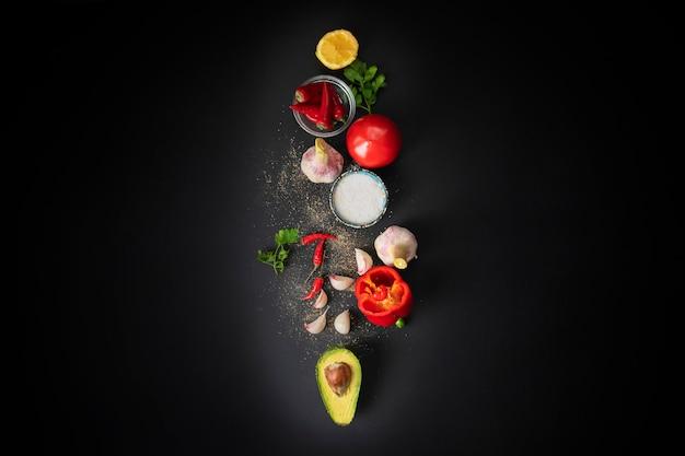 Vue de dessus d'ingrédients frais de guacamole, légumes biologiques naturels sur la table, cuisine maison