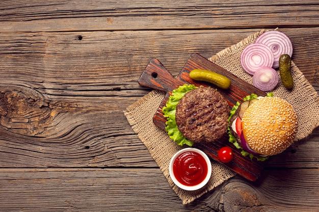 Vue de dessus des ingrédients de hamburger sur une planche à découper