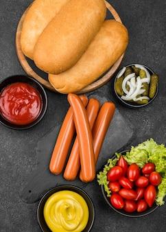 Vue de dessus des ingrédients de hot-dog