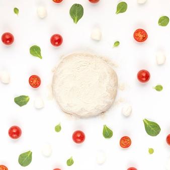 Vue de dessus des ingrédients et de la pâte à pizza