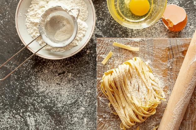 Vue de dessus des ingrédients de pâtes sur le hachoir