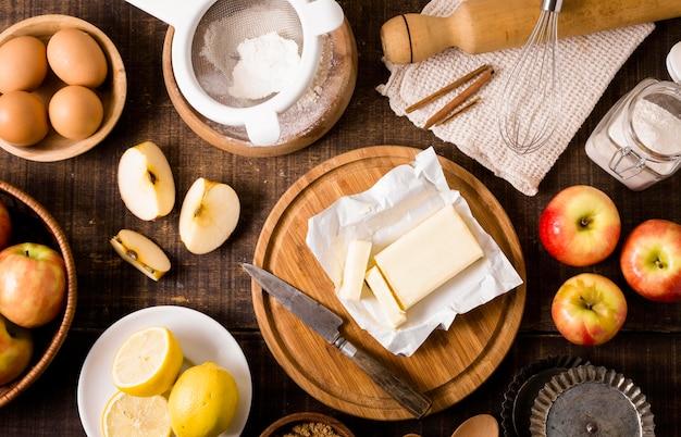 Vue de dessus des ingrédients pour le repas avec des pommes et du beurre
