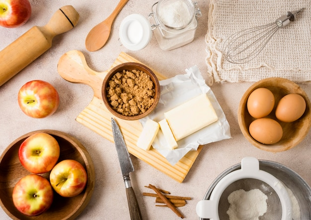 Vue de dessus des ingrédients pour le repas avec des pommes et des œufs