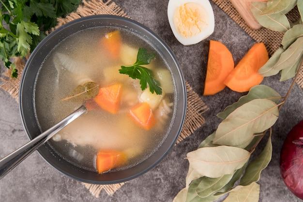 Vue de dessus des ingrédients pour la soupe et la soupe
