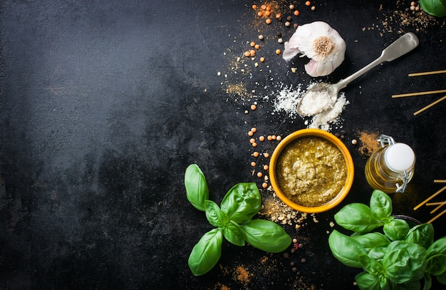 Vue de dessus d'ingrédients pour les spaghettis de cuisson