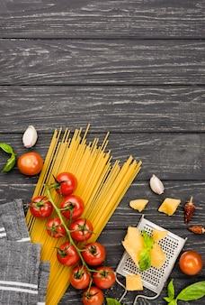 Vue de dessus des ingrédients pour les spaghettis