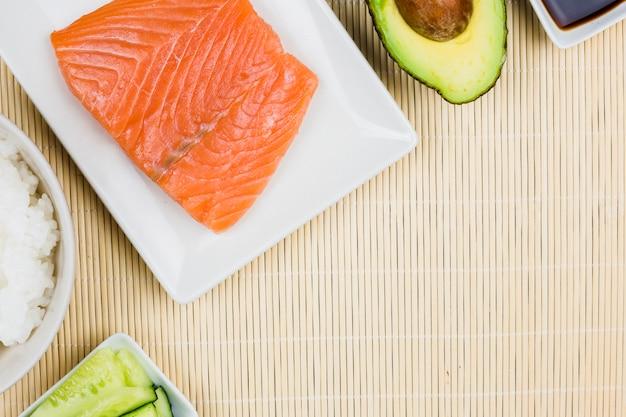 Vue de dessus des ingrédients de sushi