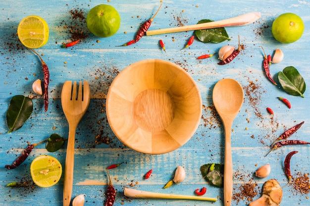 Vue de dessus, ingrédients [tomyam] sur une table en bois à l'intérieur de la cuisine