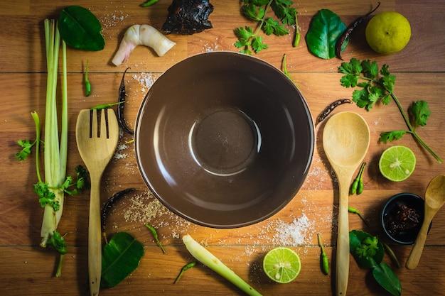 Vue de dessus des ingrédients tomyam sur une table en bois