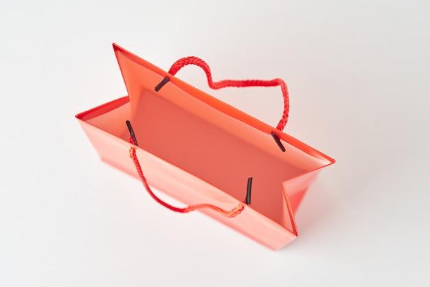 Vue de dessus à l'intérieur du sac de magasinage en papier rouge ouvert