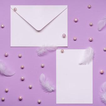 Vue de dessus invitation de mariage élégante avec des perles