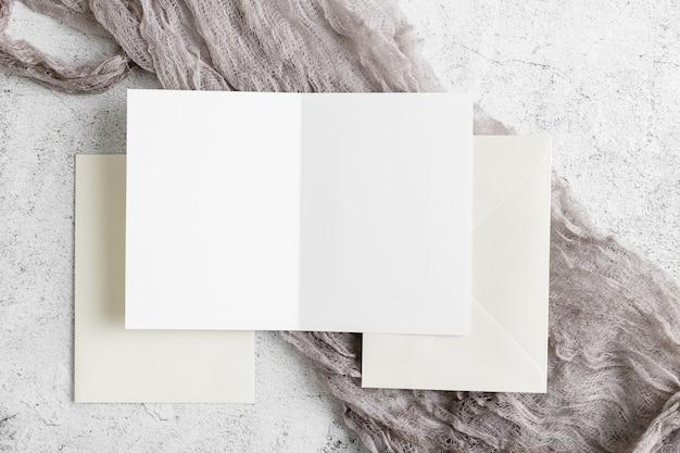 Vue de dessus de l'invitation de mariage avec espace copie