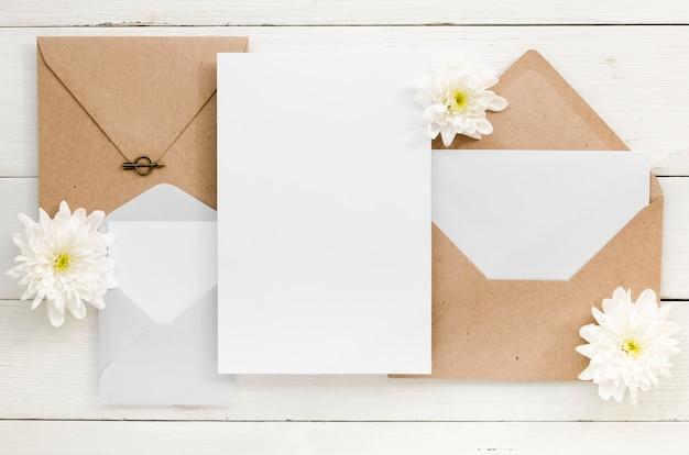 Vue de dessus d'invitation de mariage mignon