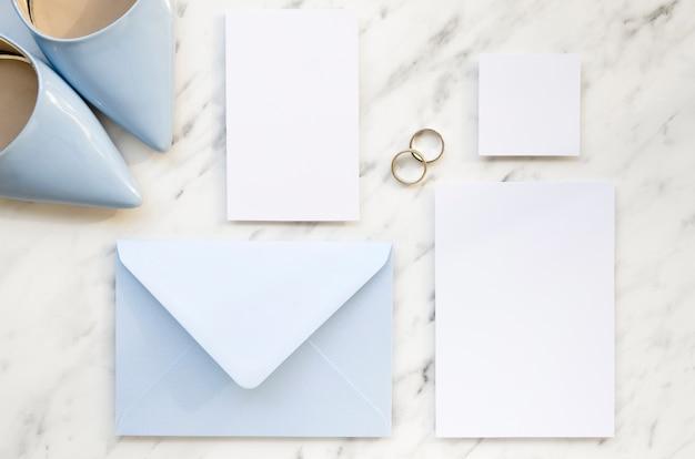 Vue de dessus d'invitation de mariage pastel