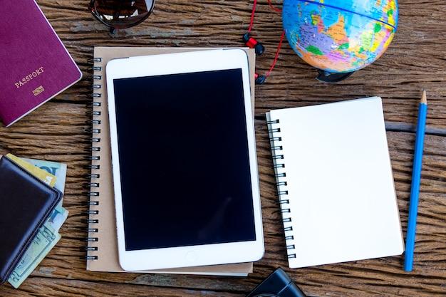 Vue de dessus de l'ipad et smartphone et calculatrice sur la table en bois
