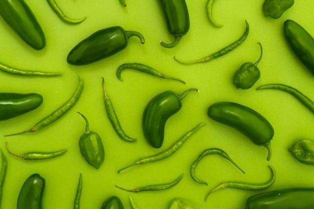 Vue de dessus jalapenos avec fond vert