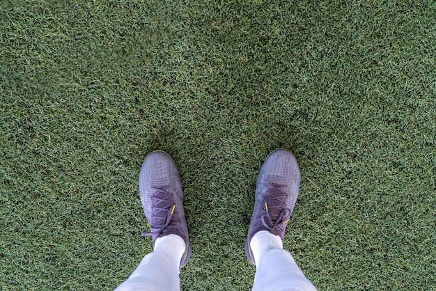 Vue de dessus de la jambe portant goujon sur le terrain de football dans un match de football