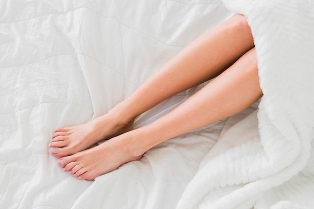 Vue de dessus des jambes de femme