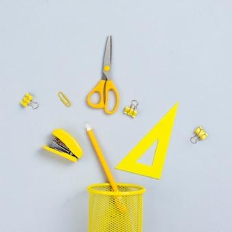Vue de dessus jaune fournitures de bureau