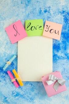 Vue de dessus je t'aime écrit sur des notes autocollantes colorées faites défiler les papiers de souhaits cahier sur la table