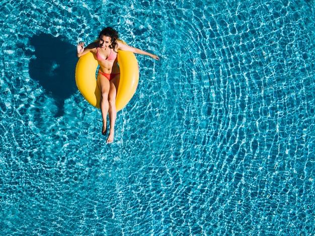 Vue de dessus de la jeune fille se détendre sur une bague gonflable