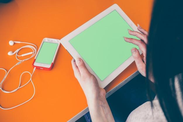 Vue de dessus d'une jeune fille en utilisant sa tablette