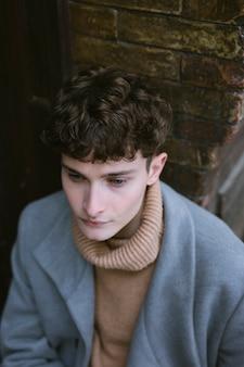 Vue de dessus jeune homme avec manteau