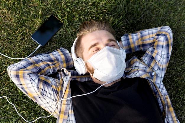 Vue de dessus jeune homme avec masque facial relaxant