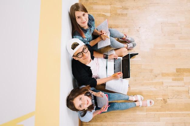Vue de dessus des jeunes avec des études