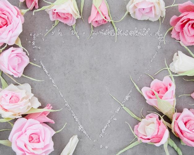 Vue de dessus joli cadre floral sur fond de ciment