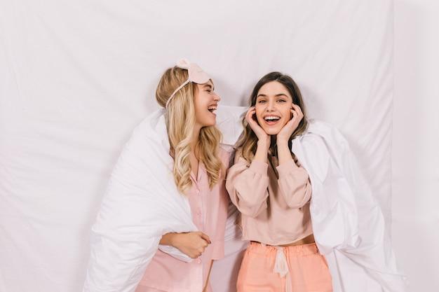 Vue de dessus de jolies femmes discutant au lit