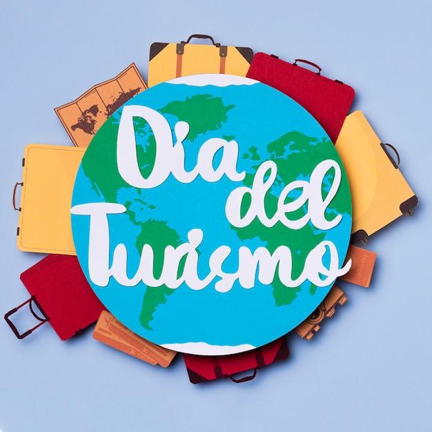 Vue de dessus journée mondiale du tourisme avec lettrage