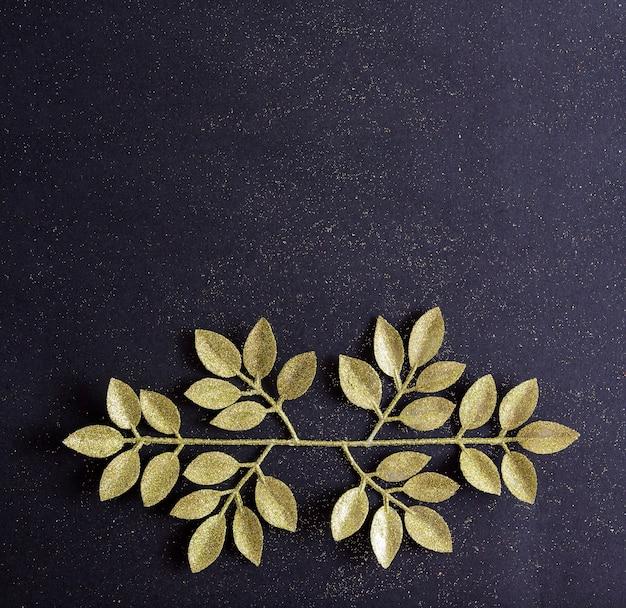 Vue de dessus joyeux noël fond noir décoré de branches de paillettes