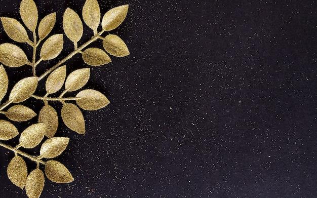 Vue de dessus joyeux noël fond noir orné de branches de paillettes avec espace copie. décoration de carte de vacances de nouvel an hiver concept joyeux festif, mise à plat.