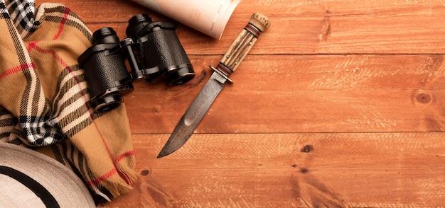 Vue de dessus jumelles et cadre de couteau
