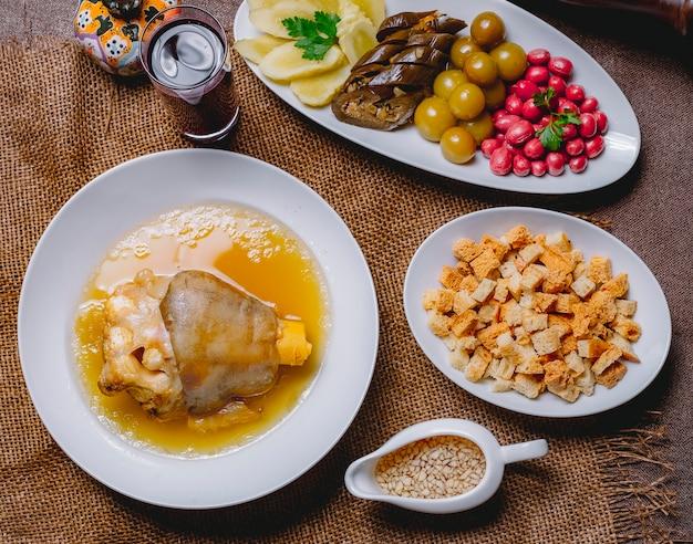 Vue de dessus khash avec aubergine marinée cornouiller concombre cerise prune pain vinaigre de biscuit et ail