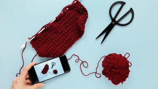 Vue de dessus de la laine et des aiguilles à tricoter
