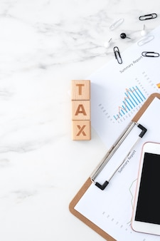 Vue de dessus de la lecture de l'aperçu et du calcul, du paiement des taxes avec un téléphone intelligent à partir d'internet.