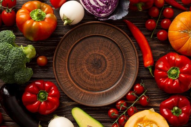 Vue de dessus des légumes et des assiettes