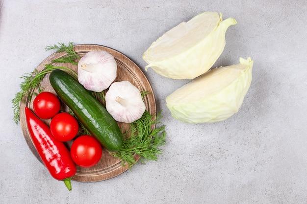 Vue de dessus des légumes biologiques frais. aliments sains.